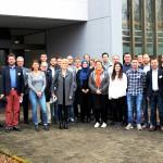Die Teilnehmer des FSK-PUR-Workshops bei Covestro Oldenburg mit Stephan Kretschmann (Leiter Marketing und Entwicklung, 3. v.l.), Jens Geschke (Geschäftsführer Covestro Oldenburg,1.v.r.).